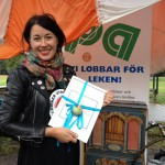 Louise Frisk från Clowner utan gränser visar stolt upp diplomet
